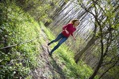 Muchacha que se ejecuta en bosque Foto de archivo