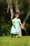 Muchacha que se ejecuta en el parque Imagenes de archivo