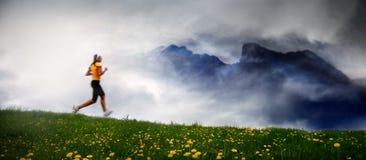 Muchacha que se ejecuta en la montaña Imágenes de archivo libres de regalías