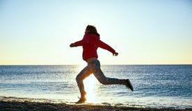 Muchacha que se ejecuta en la playa Fotografía de archivo libre de regalías