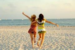 Muchacha que se ejecuta en la playa Imagenes de archivo