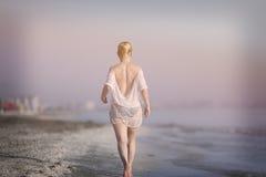 Muchacha que se ejecuta en la playa Imagen de archivo