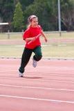 Muchacha que se ejecuta en raza de los deportes Fotografía de archivo