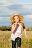 Muchacha que se ejecuta a través de hierba larga Fotos de archivo libres de regalías