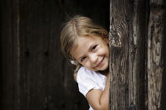 Muchacha que se inclina contra marco de puerta Fotos de archivo libres de regalías