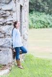 Muchacha que se inclina en la pared Fotografía de archivo