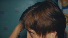 Muchacha que se peina el pelo metrajes