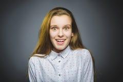 Muchacha que se pregunta Retrato del primer de adolescente hermoso en fondo gris Fotografía de archivo libre de regalías