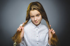 Muchacha que se pregunta Retrato del primer de adolescente hermoso en fondo gris Foto de archivo libre de regalías