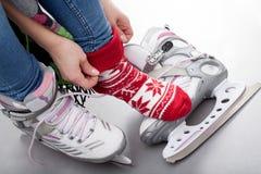 Muchacha que se prepara para el patinaje de hielo Fotografía de archivo