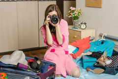 Muchacha que se prepara para tomar las imágenes de los días de fiesta próximos Fotografía de archivo