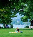 Muchacha que se reclina en el parque Imagen de archivo libre de regalías