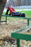 Muchacha que se reclina sobre un banco fotografía de archivo libre de regalías
