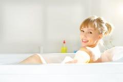 Muchacha que se relaja en bañera Imagen de archivo libre de regalías