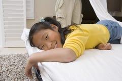 Muchacha que se relaja en cama Fotografía de archivo libre de regalías
