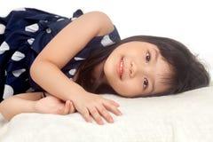 Muchacha que se relaja en cama con sonrisa foto de archivo libre de regalías