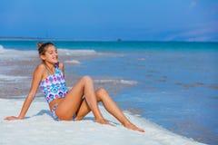 Muchacha que se relaja en el mar muerto Fotografía de archivo libre de regalías
