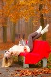 Muchacha que se relaja en el parque del otoño que se divierte Fotos de archivo