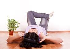 Muchacha que se relaja en el suelo Imágenes de archivo libres de regalías