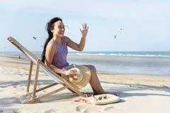 Muchacha que se relaja en la playa Fotografía de archivo libre de regalías