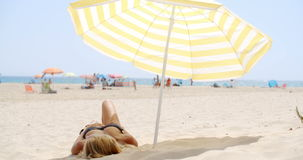 Muchacha que se relaja en la playa almacen de metraje de vídeo