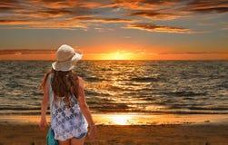 Muchacha que se relaja en la playa de oro Fotografía de archivo