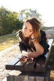 muchacha que se relaja en naturaleza Fotos de archivo