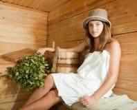 Muchacha que se relaja en sauna Foto de archivo