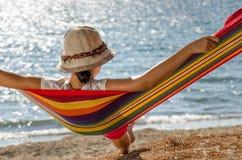 Muchacha que se relaja en una hamaca Imagen de archivo