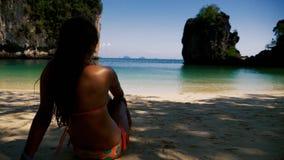 Muchacha que se relaja en una playa tropical hermosa almacen de metraje de vídeo