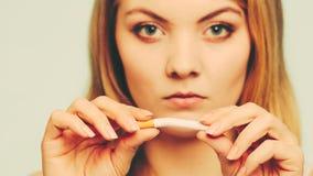 Muchacha que se rompe para arriba con el cigarrillo Imagen de archivo libre de regalías