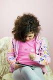 Muchacha que se sienta Foto de archivo