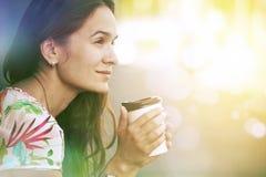muchacha que se sienta con café de la mañana Fotos de archivo libres de regalías