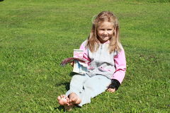 Muchacha que se sienta con el dinero Fotos de archivo libres de regalías