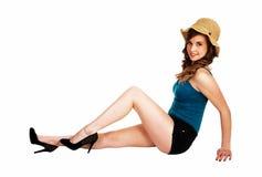Muchacha que se sienta con el sombrero de paja. Fotos de archivo libres de regalías