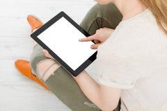 Muchacha que se sienta con la tableta en manos Visión superior Mofa para arriba Copie el espacio modelo blank imagen de archivo