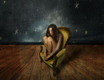 Muchacha que se sienta con las estrellas del cielo detrás imagenes de archivo