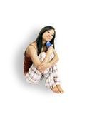 Muchacha que se sienta con un de la tarjeta de crédito Fotos de archivo libres de regalías
