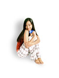 Muchacha que se sienta con un de la tarjeta de crédito Fotos de archivo