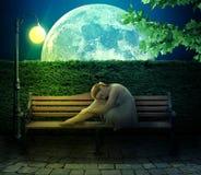 Muchacha que se sienta en banco en fondo grande de la luna Fotografía de archivo libre de regalías