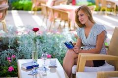 Muchacha que se sienta en barra de hotel Imágenes de archivo libres de regalías