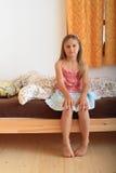 Muchacha que se sienta en cama Imagen de archivo