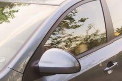 muchacha que se sienta en el automóvil, al aire libre retrato del verano Imagen de archivo