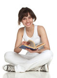 Muchacha que se sienta en el libro del suelo y de lectura Fotografía de archivo libre de regalías