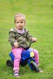 Muchacha que se sienta en el parque en una moto fotografía de archivo libre de regalías