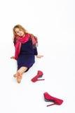 Muchacha que se sienta en el piso que se inclina detrás con las piernas cruzadas imagenes de archivo