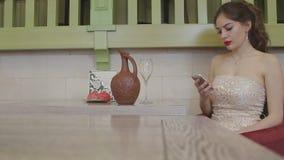 Muchacha que se sienta en el vector almacen de metraje de vídeo