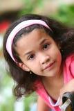 Muchacha que se sienta en jardín Fotos de archivo libres de regalías