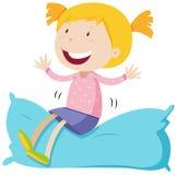 Muchacha que se sienta en la almohada suave Fotografía de archivo