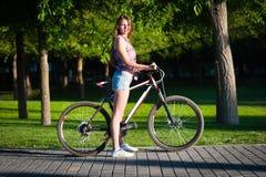 Muchacha que se sienta en la bicicleta Fotografía de archivo